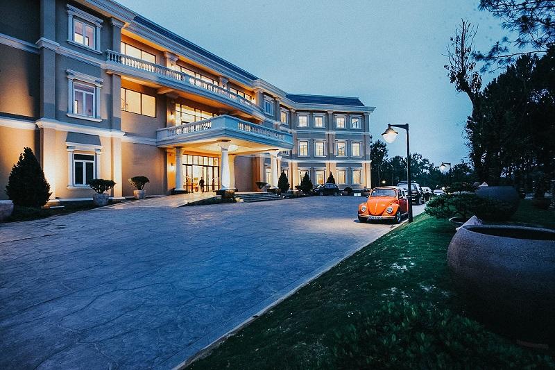 Nhìn từ ngoài, Edensee Lake Resort & Spa ấn tượng với không gian đậm chất Pháp.