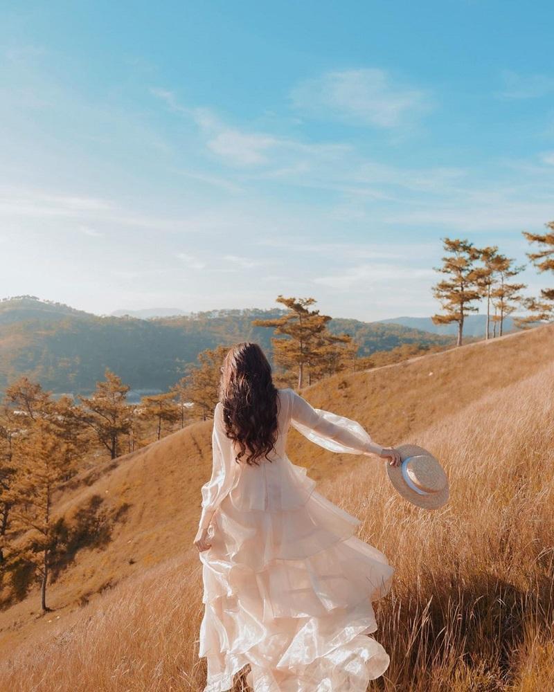 Khung cảnh Đà Lạt luôn lý tưởng để bạn diện những chiếc váy voan bồng bềnh.