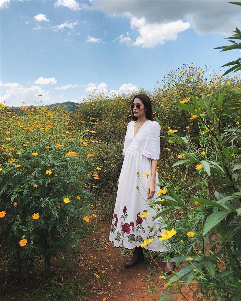 Váy trắng với họa tiết hoa lá sẽ thích hợp cho bạn khi chụp ảnh ở các vườn hoa Đà Lạt.