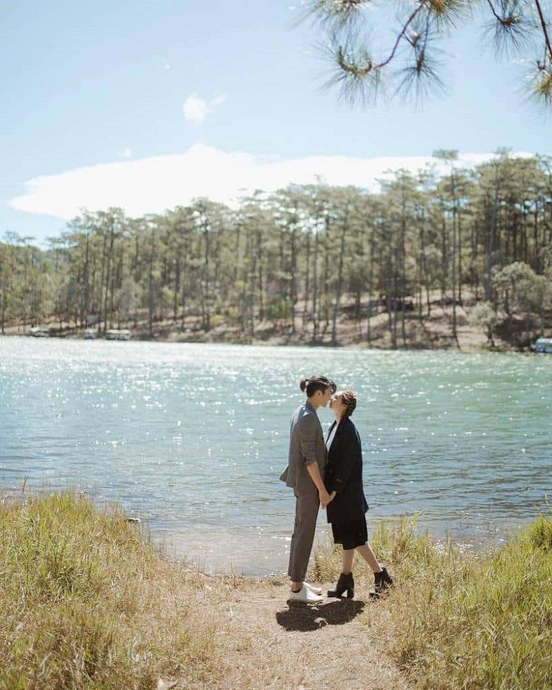 Chụp ảnh đôi lãng mạn ở hồ Tuyền Lâm thơ mộng
