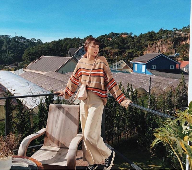 Áo len kẻ ngang và quần ống rộng cực kỳ thích hợp cho các nàng có thân hình cò hương.