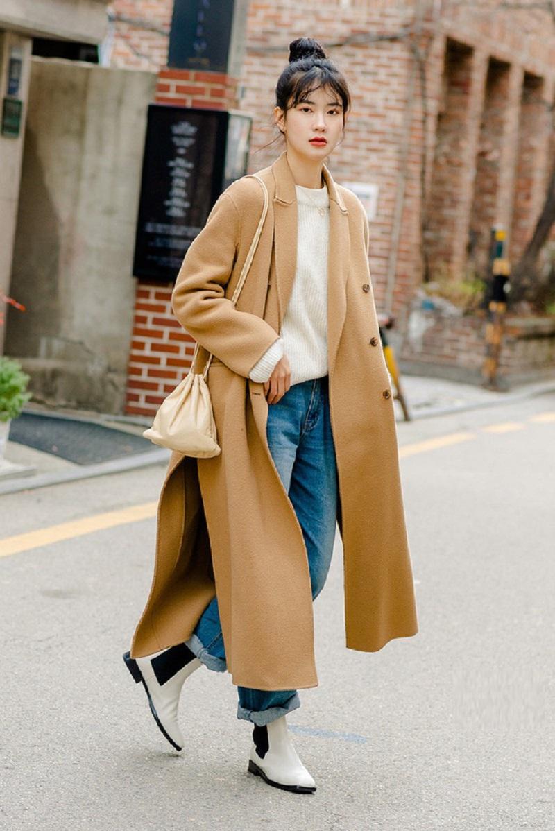 măng tô và quần bò là trang phục mùa đông phù hợp khi đi Hàn Quốc