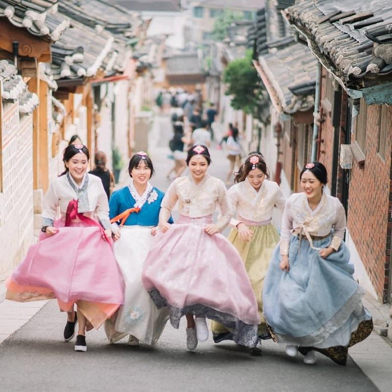Những thiếu nữ mặc hanbok check in tại làng cổ
