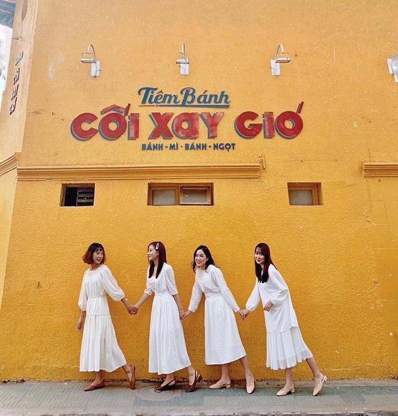 Bốn cô ban thân cùng diện váy trắng tinh khôi tại tiệm bánh Cối Xay Gió Đà Lạt.