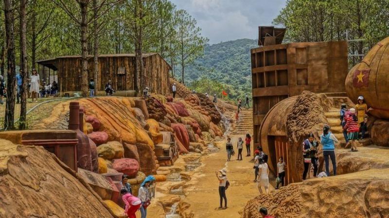 Đường hầm đất sét thu hút rất nhiều khách du lịch ghé tới tham quan