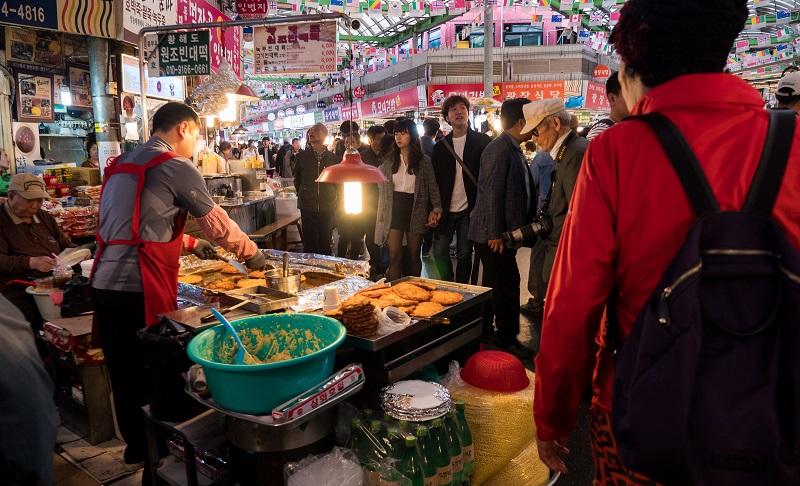 Khu chợ luôn đông đúc người qua lại