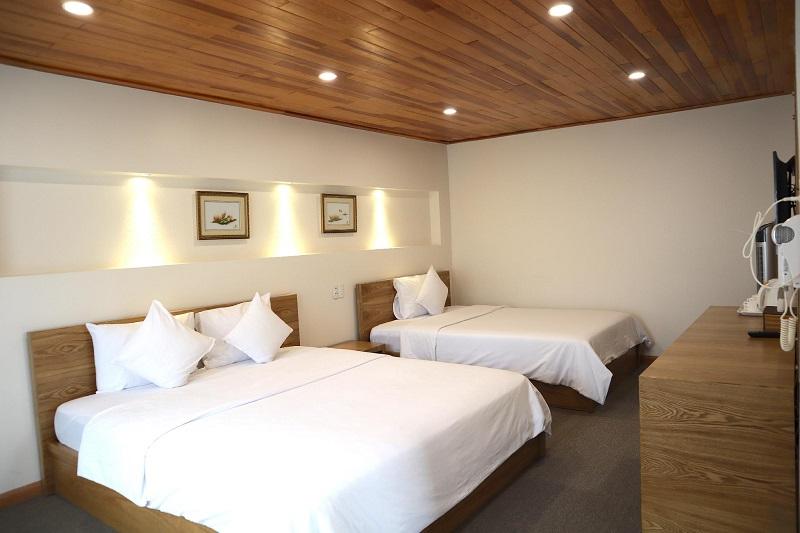Phòng ở Hoàng Lộc Villa có gam màu chủ đạo là nâu, trắng tạo cảm giác ấm cúng, thoải mái.
