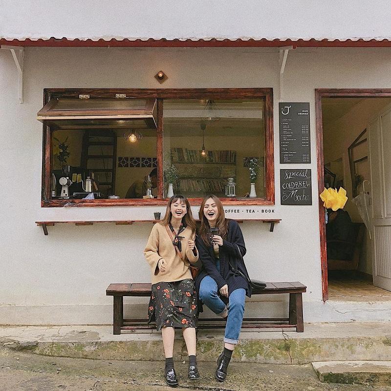 Chụp hình ở ghế gỗ bên ngoài quán Le J' Cafe cũng đủ đẹp