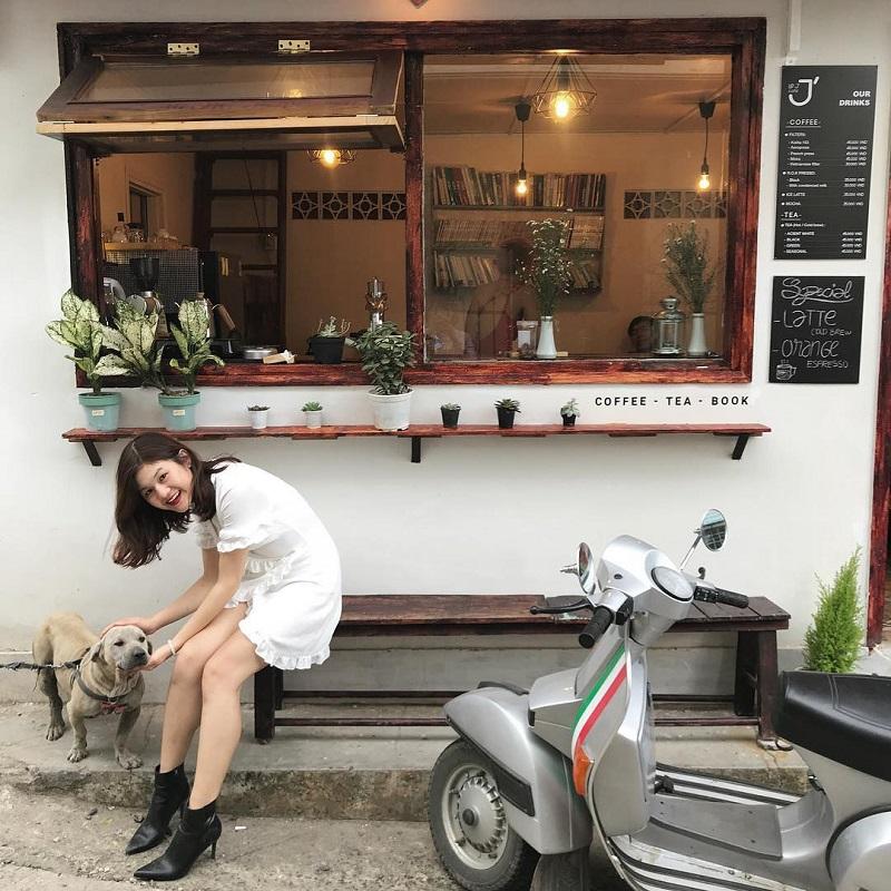 Phía bên ngoài Le J' Cafe Đà Lạt