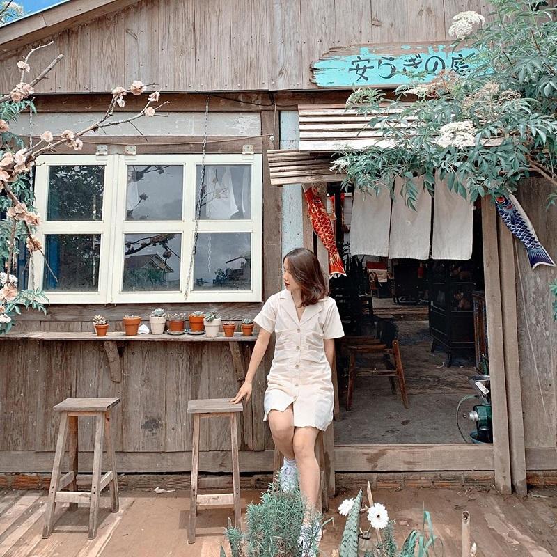 Váy cổ bẻ cực kỳ hợp khi chụp ảnh tại các quán cà phê Đà Lạt.