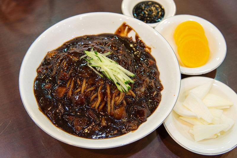 Món Jajangmyeon - Mì tương đen