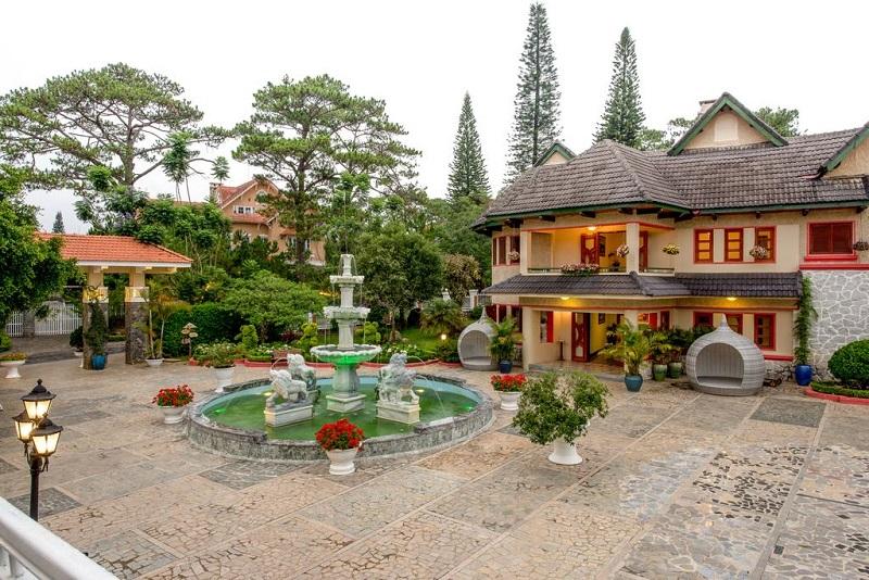 Không gian bên ngoài Monet Garden Resort Đà Lạt như một khu vườn cổ tích