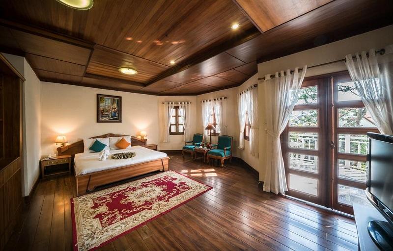 Nội thất Monet Garden Resort Đà Lạt bằng gỗ tạo cảm giác ấm cúng, sang trọng.
