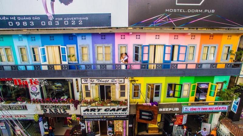 Bên ngoài Beepub Hostel nổi bật với rất nhiều màu sắc sặc sỡ