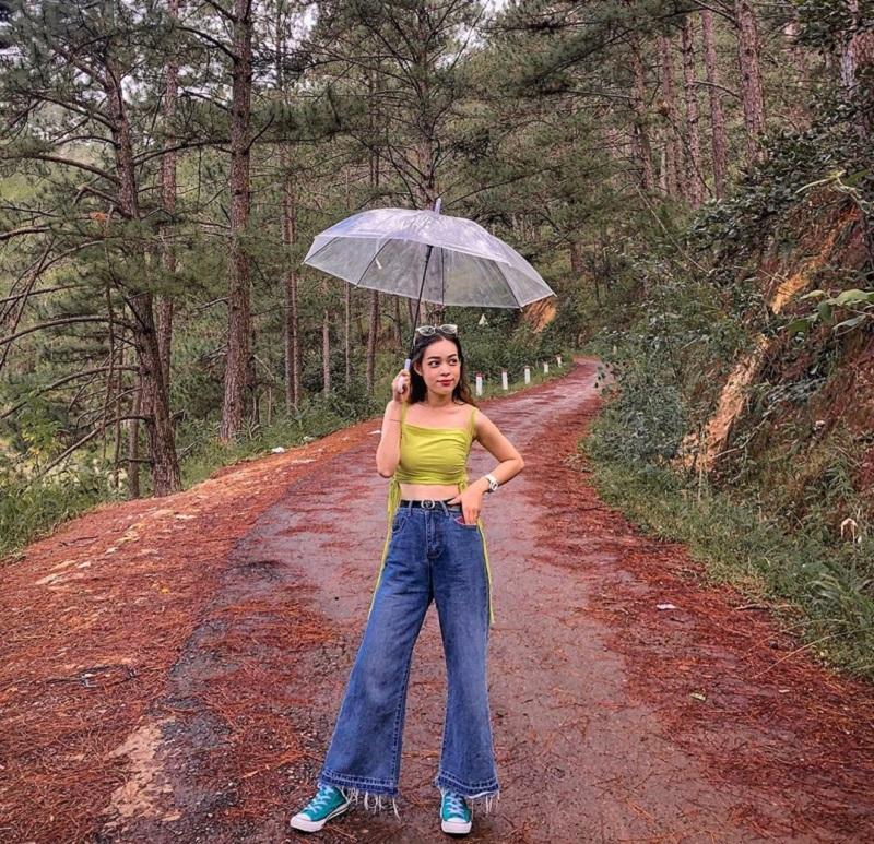 Một cô nàng nấm lùn cũng có thể trông thật cao với set đồ quần ống rộng, áo hai dây croptop.