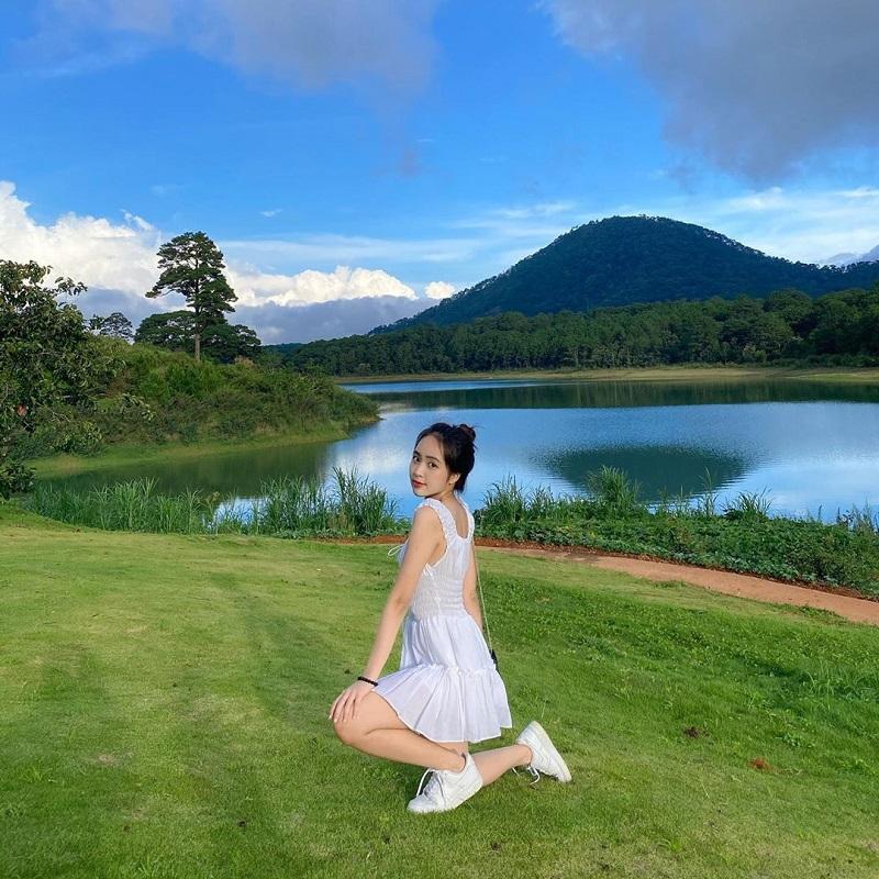 Set đồ full trắng gồm váy với giày thể thao tuy đơn giản nhưng lại cực xinh cho nàng.