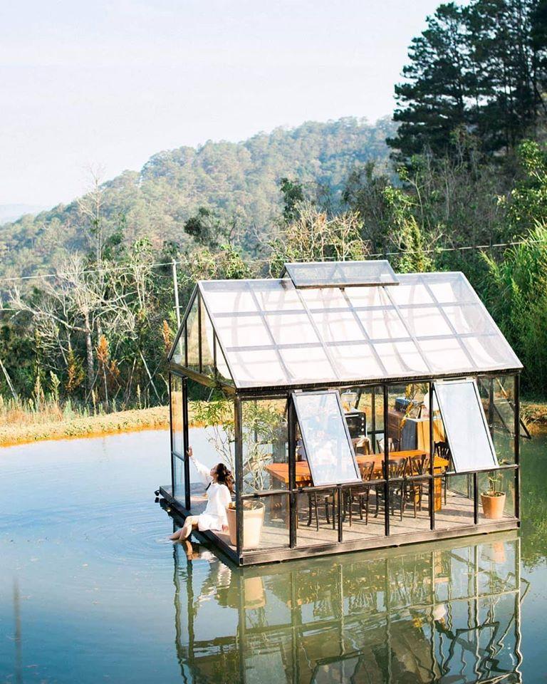 Ngôi nhà kính ở giữa hồ vô cùng ấn tượng của cafe Đợi Một Người