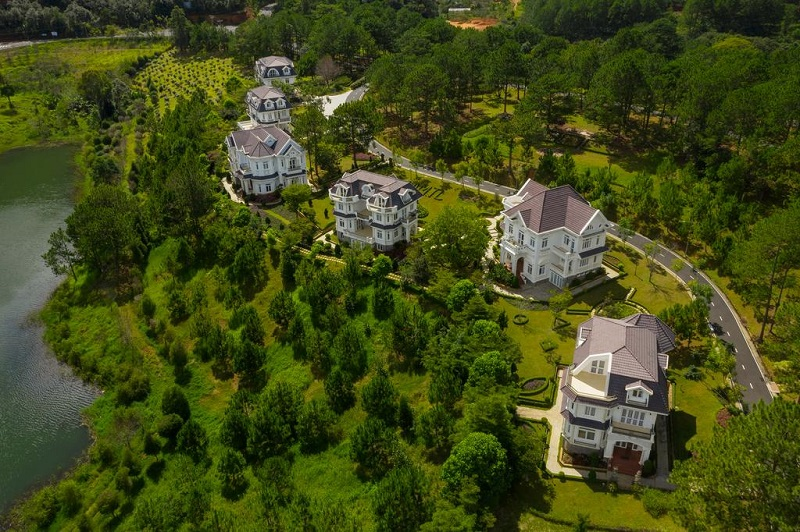 Các biệt thự Sacom Tuyền Lâm Resort theo lối kiến trúc nông thôn kiểu Pháp
