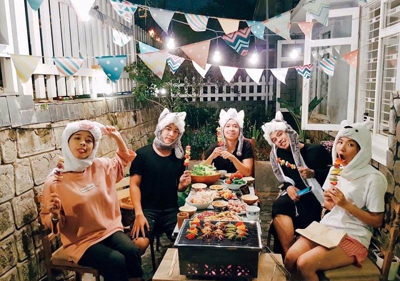 Các bạn trẻ cùng nhau tổ chức tiệc nướng ở Second House