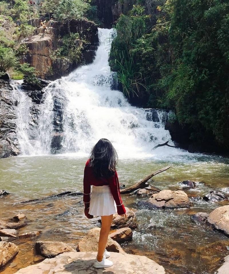 Chụp ảnh với thác Datanla