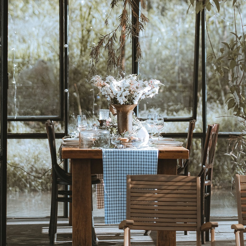 Không gian bàn ăn bên trong tiệm cà phê Đợi Một Người