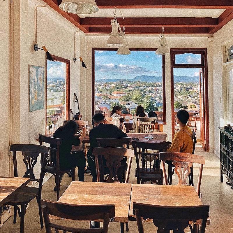 Không gian ấm cúng của tiệm cà phê tháng 3 vơi view nhìn ra Đà Lạt từ trên cao
