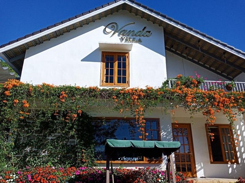 Khung cảnh bên ngoài Vanda Villa ấn tượng với giàn hoa nhiều màu sắc.