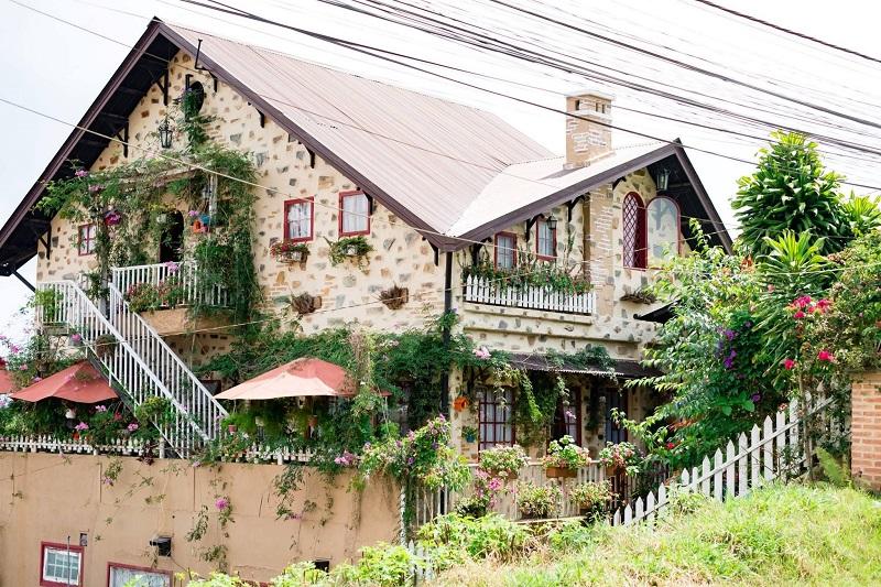 Nhìn từ ngoài, biệt thự Hoa Đá giống như một căn nhà trong cổ tích.