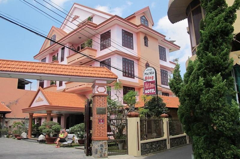Villa Pink House Đà Lạt nổi bật với màu hồng thơ mộng.