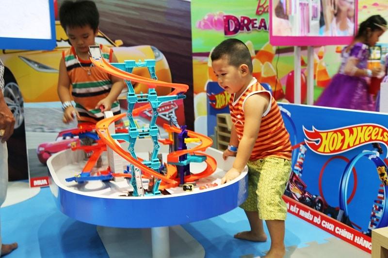 2 em bé háo hức tham gia trò chơi mô hình tại khu vui chơi Tini World Hồ Gươm Plaza