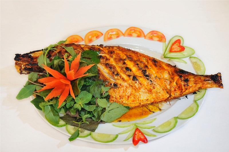 Cá bò da nướng muối ớt trang trí đẹp mắt với rau củ quả