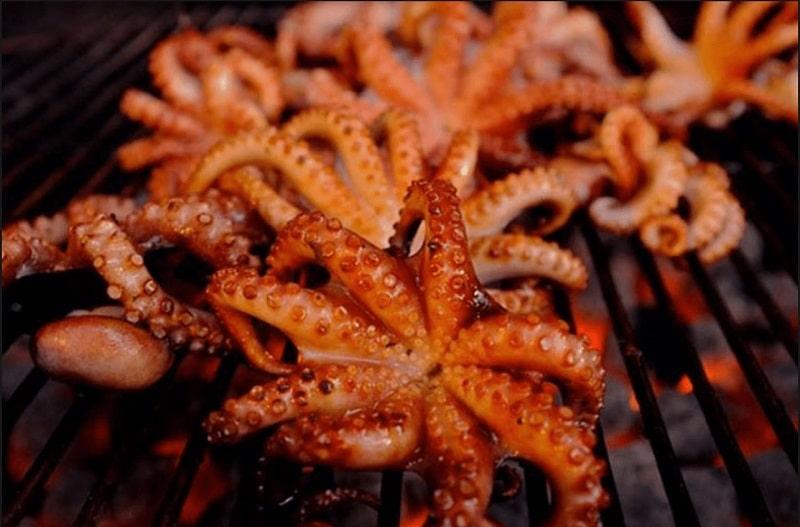Bạch tuộc nướng chín trên bếp nướng than hoa