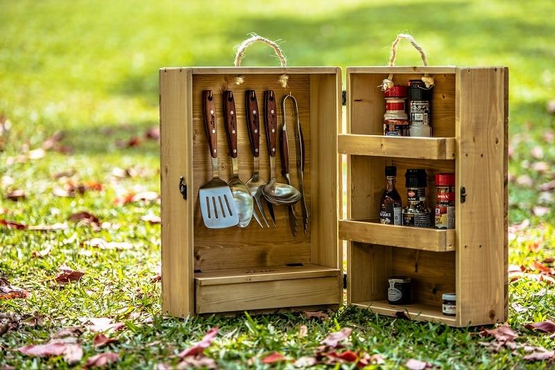 Bộ dụng cụ nấu ăn được đựng trong hộp gỗ