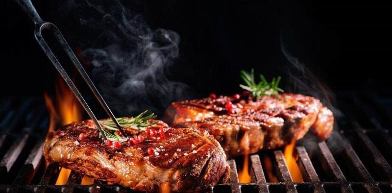 Thịt bò nướng trên bếp than hoa