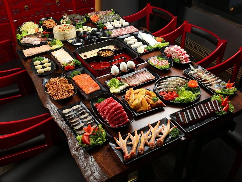 Bàn ăn buffet lẩu nướng tại một nhà hàng