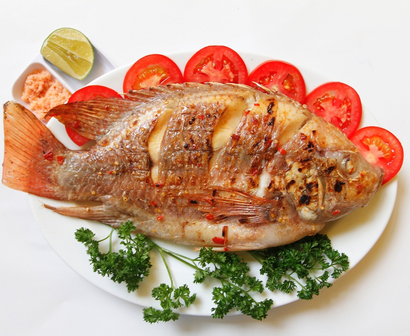 Đĩa cá diêu hồng nướng muối ớt kèm cà chua và rau