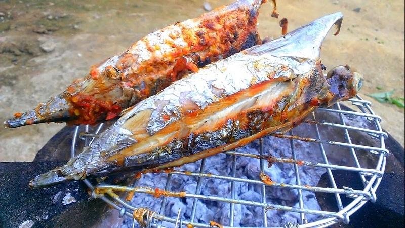 cá ngừ nướng trên bếp than hoa