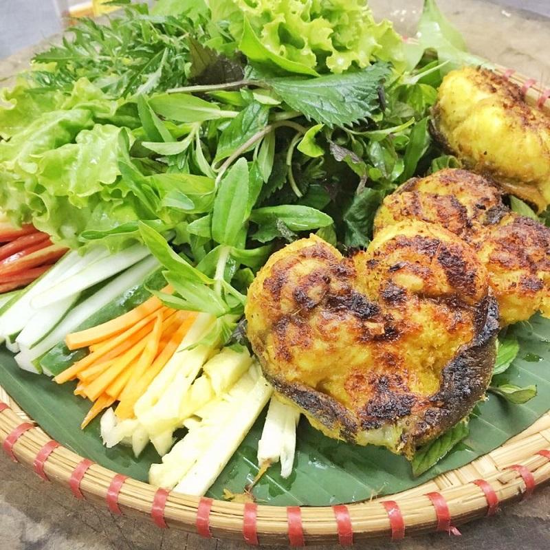 Cá sau khi nướng ăn kèm cùng với các loại rau sống