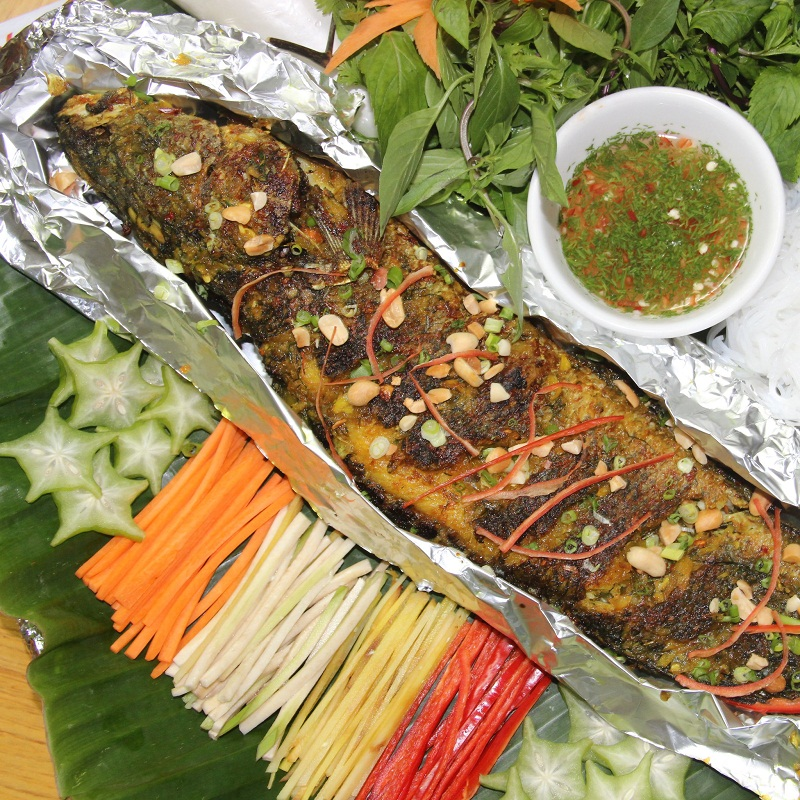 Món cá quả nướng giấy bạc ăn kèm các loại rau và hoa quả