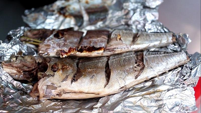 Cá song nướng được bọc trong giấy bạc