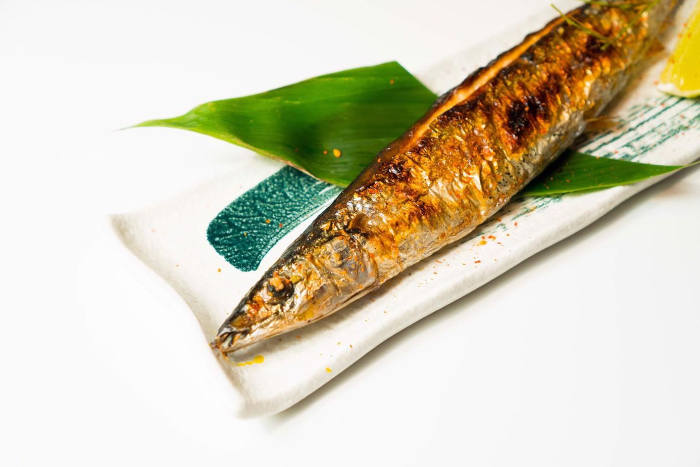 Cá thu nướng cùng với muối ớt lót lá chuối trên đĩa