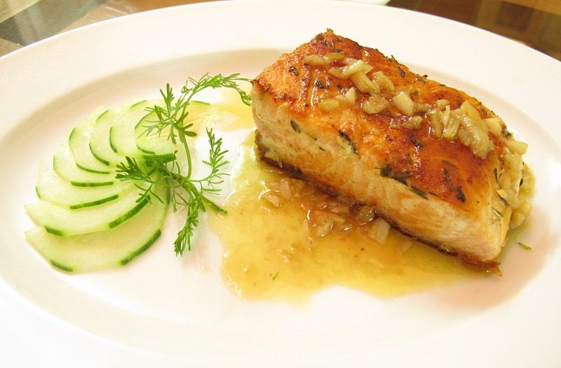 Cá hồi nướng rưới sốt bơ tỏi ở bên trên kèm rau