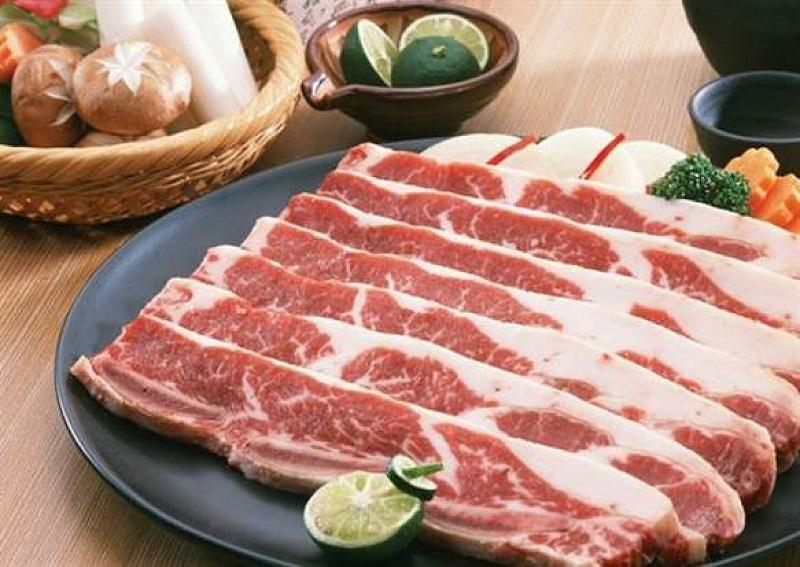 Thịt ba chỉ thái thành những miếng mỏng vừa ăn