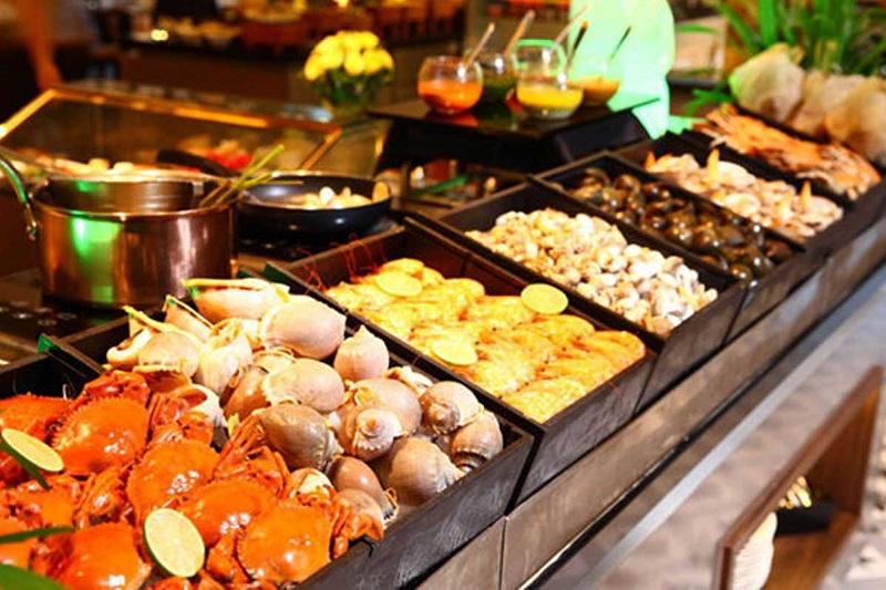 Các món ăn được bày biện trong khay chỉn chu và sạch sẽ