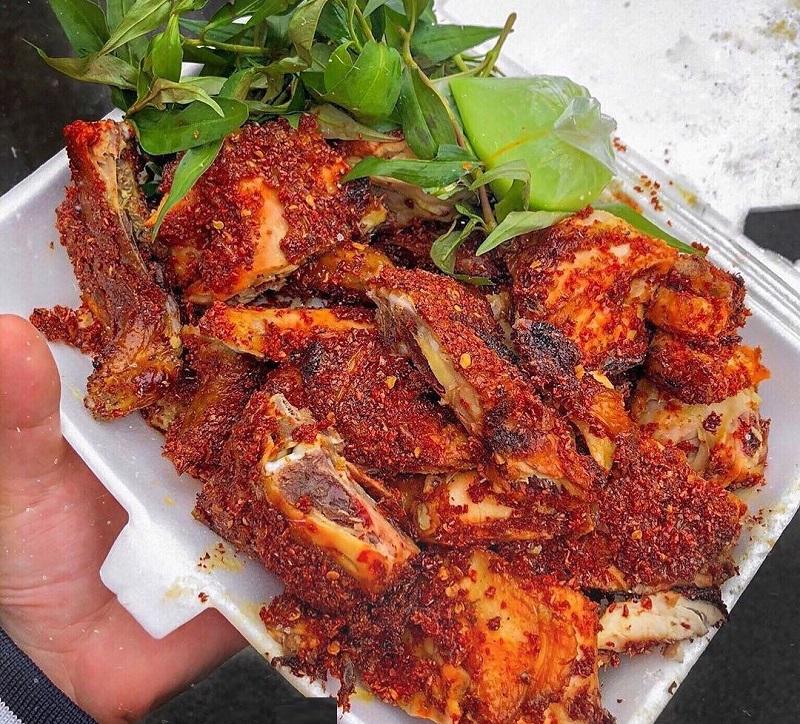 Gà nướng muối ớt ăn kèm cùng với rau răm