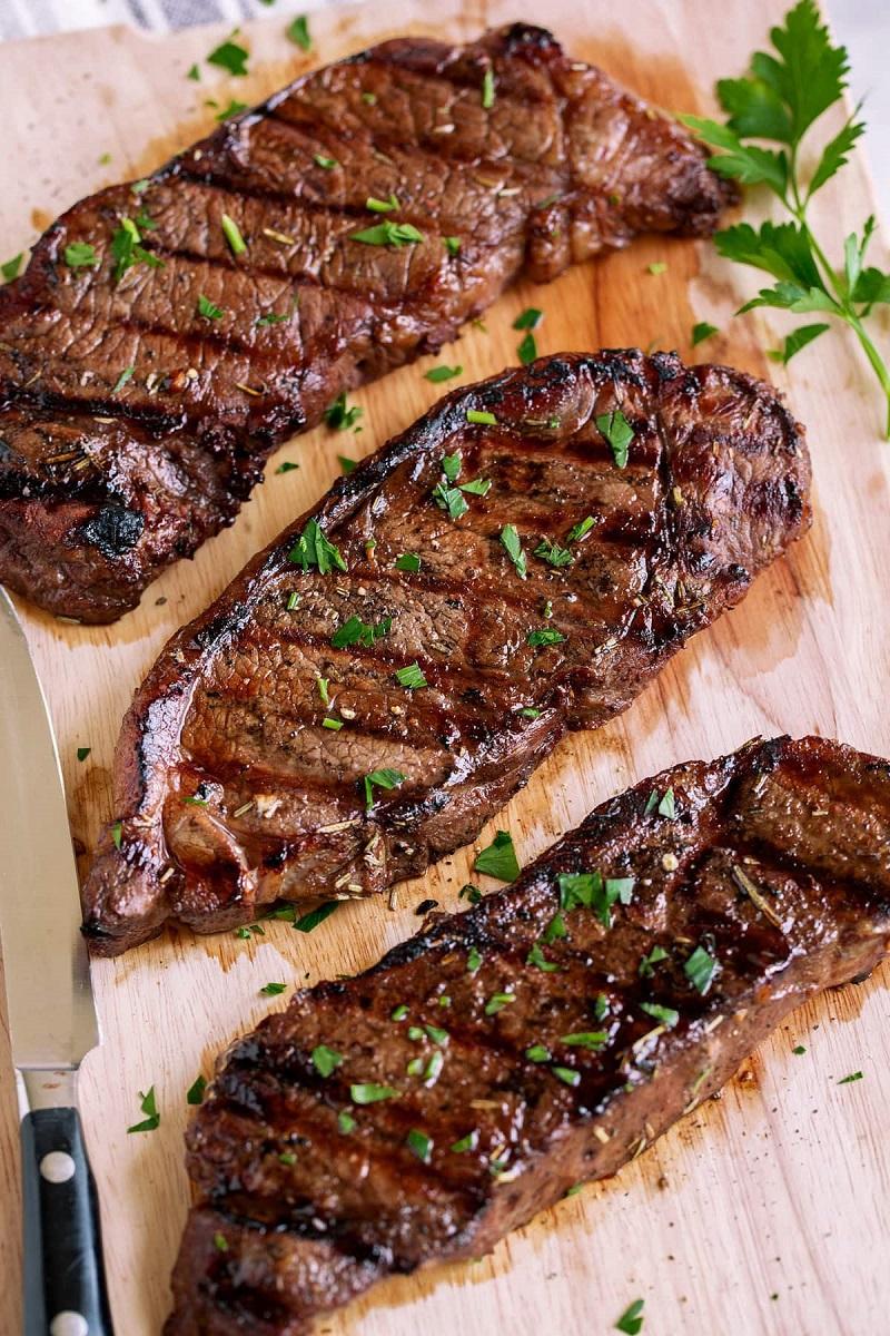 Thịt bò nướng tẩm ướp cùng sốt BBQ