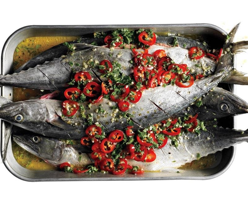 Cá sau khi làm sạch được tẩm ướp cùng với rau mùi và ớt