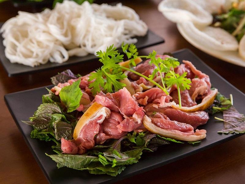 Phần thịt đùi dê có màu đỏ giúp món ăn thêm đẹp mắt