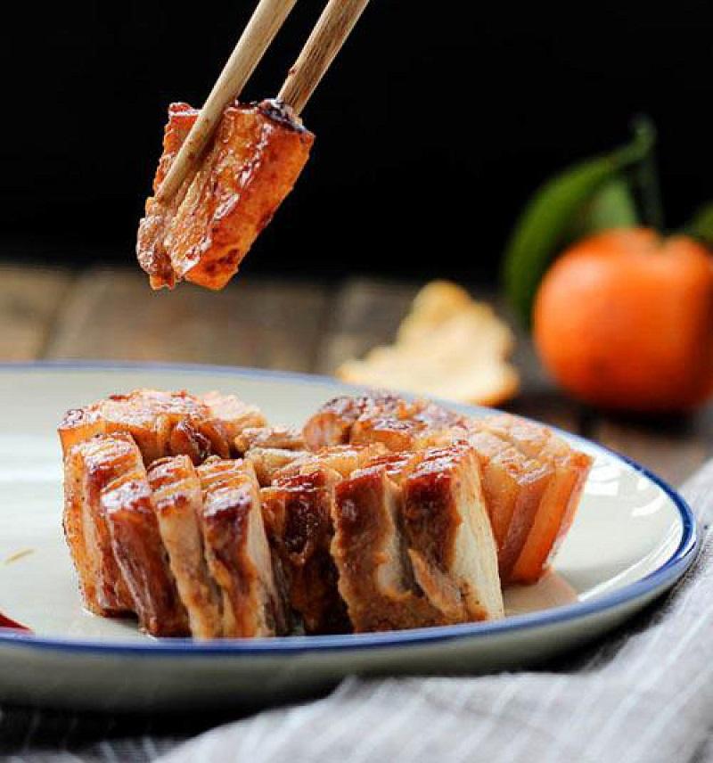Thịt ba chỉ sau khi nướng được đem thái miếng mỏng