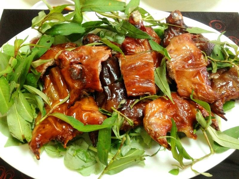 thịt chuột sau khi nướng ăn kèm cùng với các loại rau sống